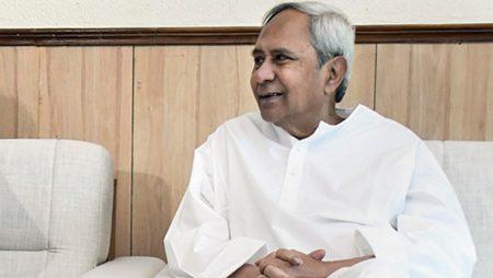 Odisha Chief Minister Naveen Patnaik awarded the Indian athletes of men's and women's hockey teams